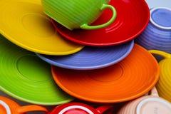 Ensemble de tasses et de plats colorés sur la vue supérieure de fond blanc photographie stock