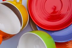 Ensemble de tasses et de plats colorés sur la vue supérieure de fond blanc image libre de droits