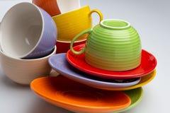 Ensemble de tasses et de plats colorés sur la vue supérieure de fond blanc photographie stock libre de droits
