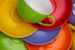 Ensemble de tasses et de plats colorés sur la vue supérieure de fond blanc photo libre de droits