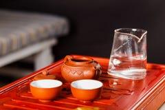 Ensemble de théière, chahe avec le thé et deux cuvettes Photo libre de droits