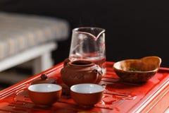 Ensemble de théière, chahe avec le thé et deux cuvettes Image libre de droits