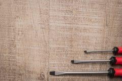 Ensemble de tournevis Outils au-dessus d'un panneau en bois Vue supérieure avec la copie Photo stock