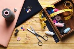 Ensemble de travailler des outils, des accessoires et le tissu sur la table Photos libres de droits