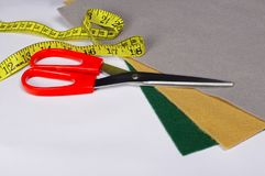 Ensemble de travailler des outils, ciseaux et de mesurer bande, accessoires et tissu Photographie stock