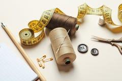 Ensemble de travailler des outils et des accessoires sur la table Photo libre de droits
