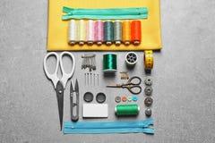 Ensemble de travailler des outils et des accessoires sur la table Photos stock
