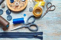 Ensemble de travailler des outils et des accessoires sur la table, Photos stock
