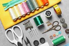 Ensemble de travailler des outils et des accessoires sur la table Image stock