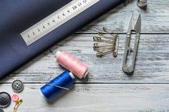 Ensemble de travailler des outils et des accessoires sur la table, Images stock