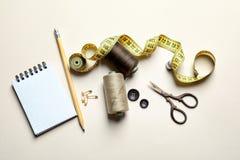 Ensemble de travailler des outils et des accessoires sur la table Photographie stock