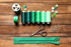 Ensemble de travailler des outils et des accessoires sur le fond en bois, Photo stock