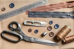 Ensemble de travailler des outils et des accessoires sur le tissu, Photographie stock libre de droits