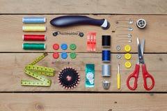 Ensemble de travailler des outils sur le fond en bois Photographie stock