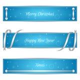 Ensemble de trois bannières de fête bleues horizontales de Noël avec des rubans et des labels de sreberistymi Approprié au web de Image stock