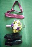 Ensemble de vêtements de marié Anneaux de mariage, chaussures, boutons de manchette et mode de detalis de noeud papillon Photo stock