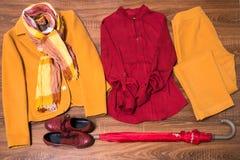 Ensemble de vêtements et d'accessoires femelles élégants photographie stock