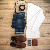 Ensemble de vêtements et d'accessoires occasionnels d'hommes sur le fond en bois Vue supérieure Image libre de droits