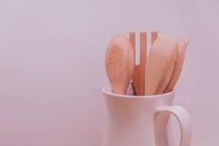 Ensemble de vaisselle de cuisine de cuillère et de fourchette en bois sur le fond rose Photos stock