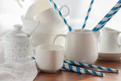 Ensemble de vaisselle vide blanche sur le fond en bois photos libres de droits