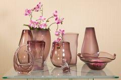 Ensemble de vases sur la table en verre photo stock