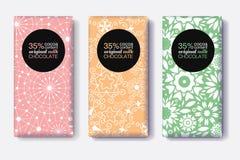 Ensemble de vecteur de designs d'emballage de barre de chocolat avec les modèles géométriques modernes de couleurs noires et en p illustration stock