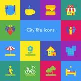 Ensemble de vecteur de 14 icônes montrant la vie de ville dans le style matériel plat de conception Photographie stock libre de droits