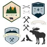 Ensemble de vecteur de labels de camping dans le style de vintage Concevez les éléments, les icônes, les emblèmes et les insignes illustration libre de droits