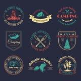 Ensemble de vecteur de logos de camping Emblèmes ou insignes de tourisme Signe la collection d'aventures extérieures avec les élé Photographie stock libre de droits