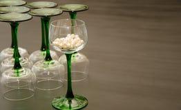 Ensemble de verres de vin refoulés verts classiques Photographie stock libre de droits