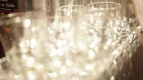 Ensemble de verres vides avec des réflexions banque de vidéos