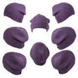 Ensemble de violette tricotée de chapeaux d'isolement sur le fond blanc Photos libres de droits