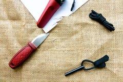 Ensemble de voyage Couteau, couverture et silex pour le feu Photographie stock libre de droits