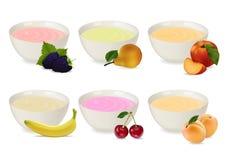 Ensemble de yaourts dans un plat de porcelaine Images stock