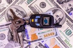Ensemble des clés de voiture sur cent billets d'un dollar Photos stock