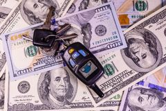 Ensemble des clés de voiture sur cent billets d'un dollar Image libre de droits