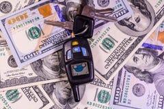 Ensemble des clés de voiture sur cent billets d'un dollar Images libres de droits