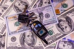 Ensemble des clés de voiture sur cent billets d'un dollar Photographie stock