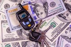 Ensemble des clés de voiture sur cent billets d'un dollar Photo stock