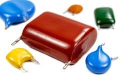 Ensemble des condensateurs utilisés de divers types sur un fond blanc Photos stock