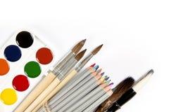 Ensemble des crayons, des pinceaux et de la peinture-boîte colorés i d'aquarelle Images stock