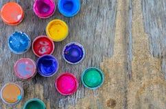 Ensemble des peintures de gouache et de l'aquarelle pour dessiner, outils artistiques sur le vieux fond en bois Photo stock