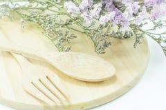 Ensemble en bois d'ustensile de nourriture et de fleur statique Photographie stock