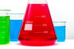 Ensemble en verre de laboratoire rempli de substances colorées étroitement