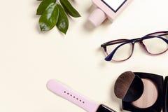 Ensemble et accessoires d'habillement de femmes de mode Couleurs en pastel de vanille Photographie stock libre de droits