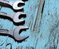 Ensemble fonctionnant en métal de fond bleu de clé d'outils de réparation Photo stock