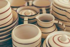 Ensemble Handcrafted de poterie de plats, fond fait main d'ustensiles image libre de droits