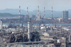 Ensemble industriel avec des cheminées d'évacuation des fumées Images stock