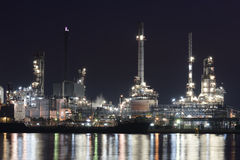 Ensemble industriel de raffinerie de pétrole la nuit Photos stock