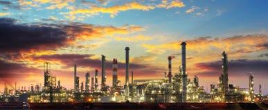 Ensemble industriel de raffinerie de pétrole la nuit Photographie stock libre de droits